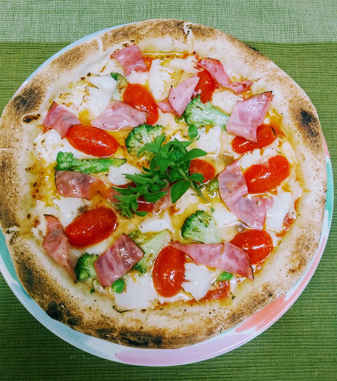 イカとビーフパストラミと季節野菜のピザ